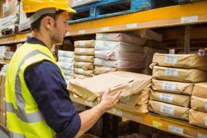 lagerarbetare tar paketet i hyllan