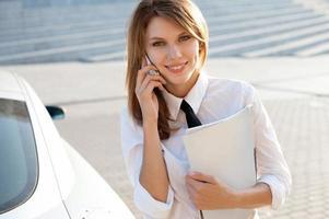 affärskvinna som pratar i sin mobiltelefon. stad affärskvinna arbetar foto