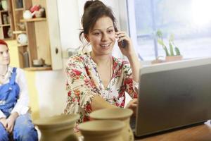stolt ägare av små affärs leende foto