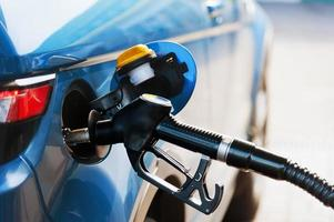 fyll på bränsle vid bensinstationen foto