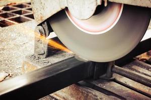 maskiner för metallskärning med gnistorljus foto
