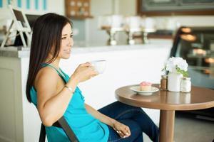 glad tjej på ett café foto