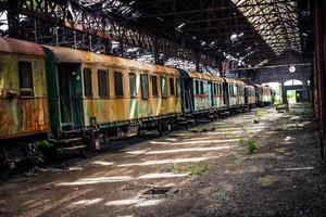gamla tåg på övergivna tågdepå foto
