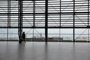 kvinna i flygplatsterminal foto