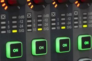ljudsystemets kontrollpanel. foto