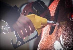 hand fylla på bilen med bränsle. foto