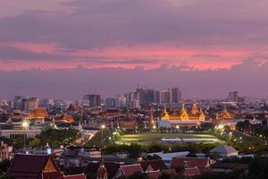 wat phra kaew och grand palace i skymningen, bangkok, thailand foto