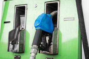 gaspumpsmunstycken i bensinstationen foto