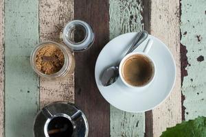 kopp kaffe på träbord foto