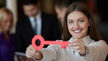 affärskvinna med nyckel foto
