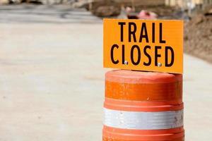 trail stängd orange skylt på betong foto