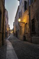 medeltida gata i centrum av ferrara stad foto