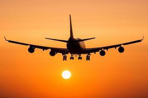 kommersiellt flygplan landning foto