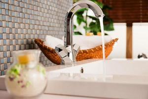 tvättställ i ett modernt badrum foto