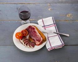 rostat bröd och kurerat kött (iii) foto
