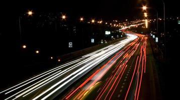 trafik på gatan på kvällen foto