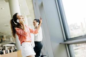 vackra kvinnor som använder telefoner och talkin under pausen foto