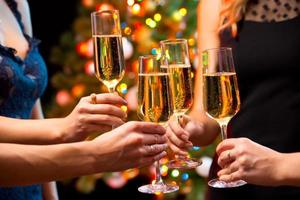 kvinnors händer med kristallglas champagne foto
