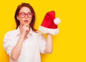 kvinna med jultomten hatt foto