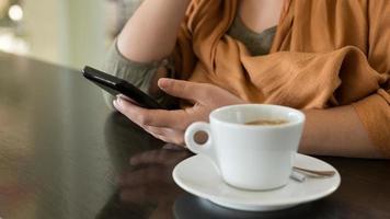 kvinna händer som håller mobiltelefonen, närbild skott foto