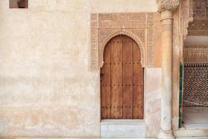 arabisk dörr i Alhambra i Granada, Andalusien, Spanien foto