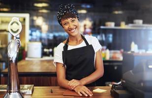 varm välkomnande unga företagare foto