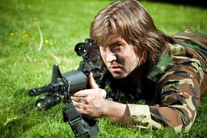 soldat som siktar geväret foto