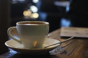 kopp och tekanna i kaféinredskap för kaffetea foto