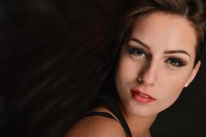 kvinna med långt brunt hår med skönhet foto