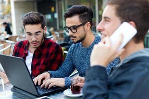 utomhus porträtt av unga företagare som arbetar på kaffebaren. foto