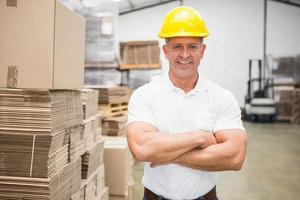 arbetare som bär hård hatt i lager foto