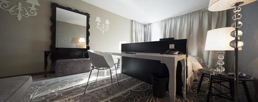 vitt bord i sovrum, sovrum, sömlös panorama gjord med til foto