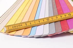 färgpalett och metrisk vikbar linjal foto