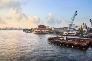 byggarbetsplats vid floden foto