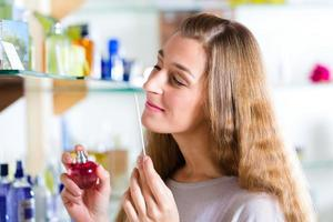 kvinna som köper parfym i butik eller butik foto