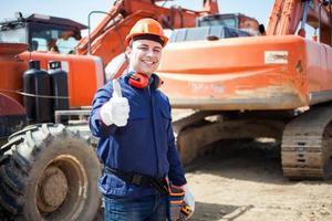 lycklig man på jobbet på en byggarbetsplats foto