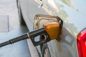 bil på bensinstation som fyller bränsle foto