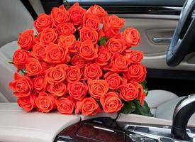 bukett med nyligen röda rosor foto