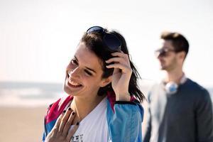 vacker flicka poserar för ett foto till havs