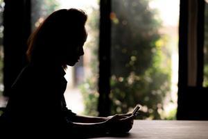 läser textmeddelande foto