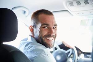 lycklig man i bilen