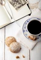 kopp kaffe med kakor. frukost. morgon. foto