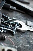 nyckelverktygsplatta med skruvar. foto