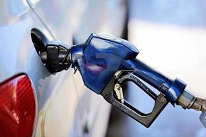 tankning vid bensinstation foto