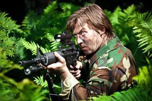 soldat som håller en pistol foto