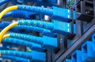 fiberoptiska kablar och utp-nätverkskablar foto