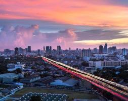solljus och väg i huvudstäder foto