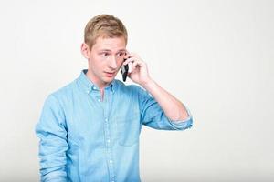 ung man använder telefonen foto