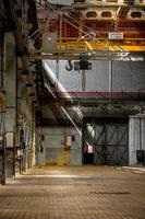 mörk industriell interiör foto