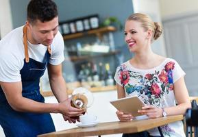 servitör som betjänar kund på kaféet